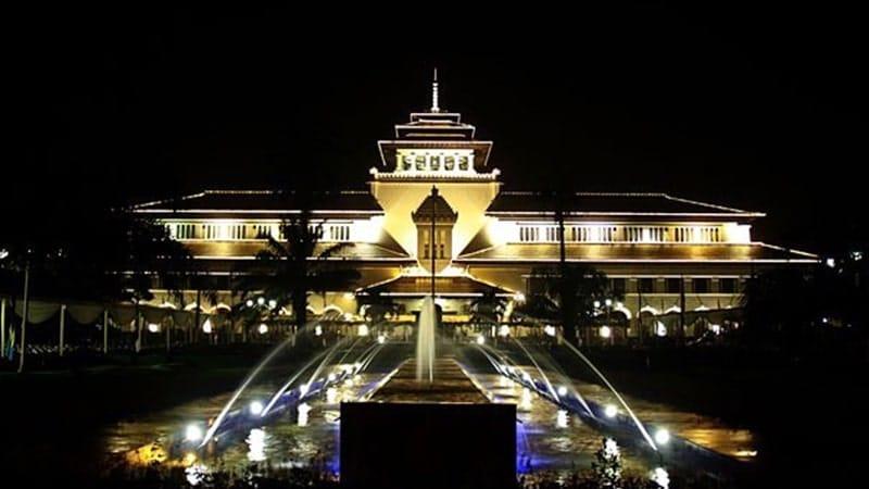 Tempat Wisata Malam di Bandung - Gedung Sate