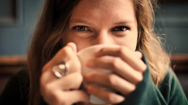 Manfaat Kopi Hitam Tanpa Gula - Wanita Bahagia Minum Kopi