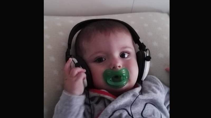 Foto-foto Bayi Lucu - Bayi Mendengarkan Lagu