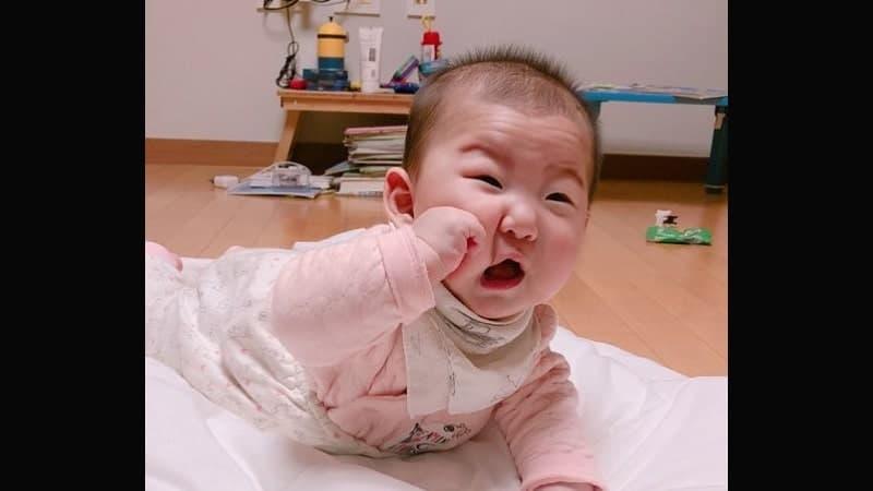 Foto-foto Bayi Lucu - Bayi Memukul Diri Sendiri