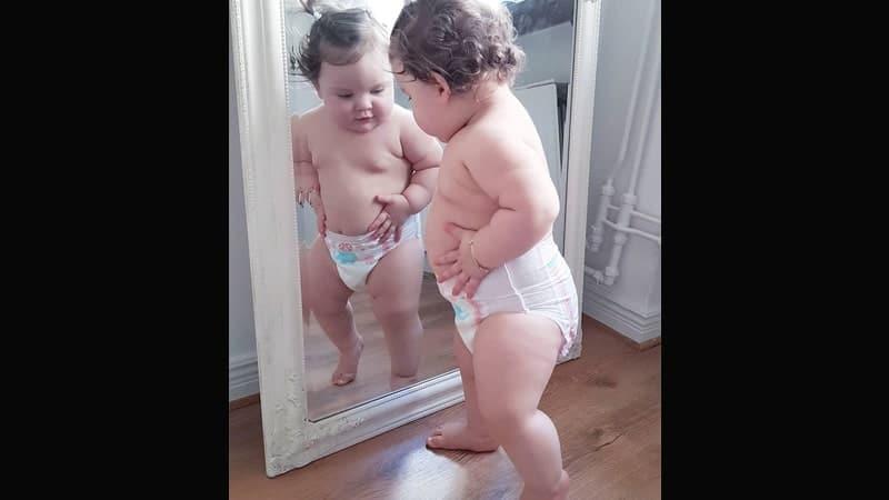 Foto-foto Bayi Lucu - Bayi di Depan Cermin