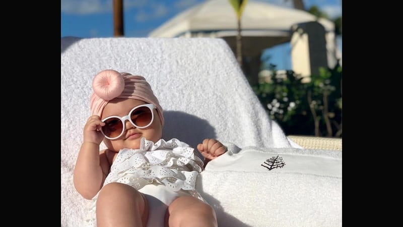Foto-foto Bayi Lucu - Bayi Berjemur di Pinggir Pantai