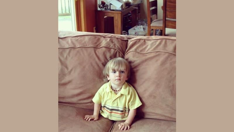 Foto Anak-Anak Lucu - Balita Terhimpit Sofa