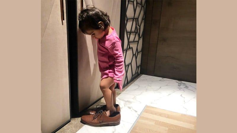 Foto Anak-Anak Lucu - Balita Memakai Sepatu Ayahnya