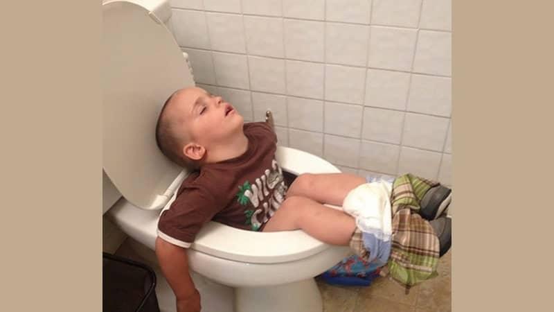 Foto Anak-Anak Lucu - Balita Ketiduran di Toilet