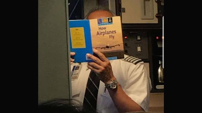 Foto-Foto Lucu Gokil Abis - Pilot Baca Panduan Terbang