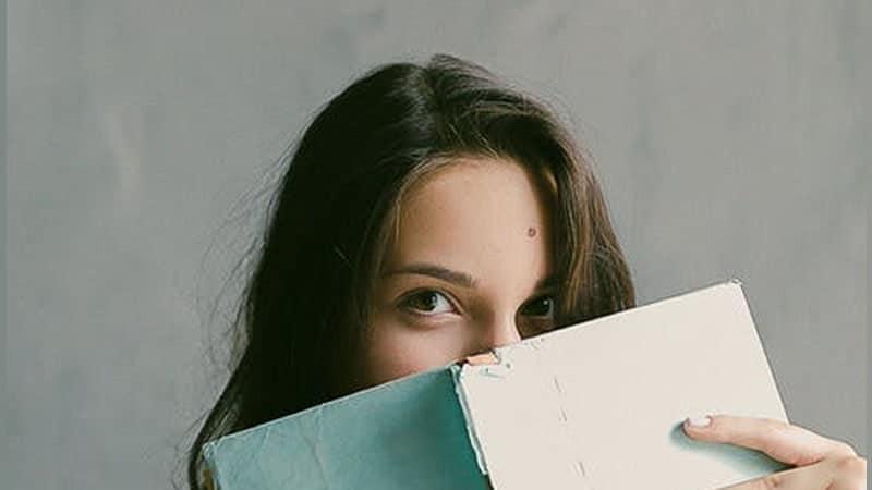 cerita lucu banget - gadis membaca buku