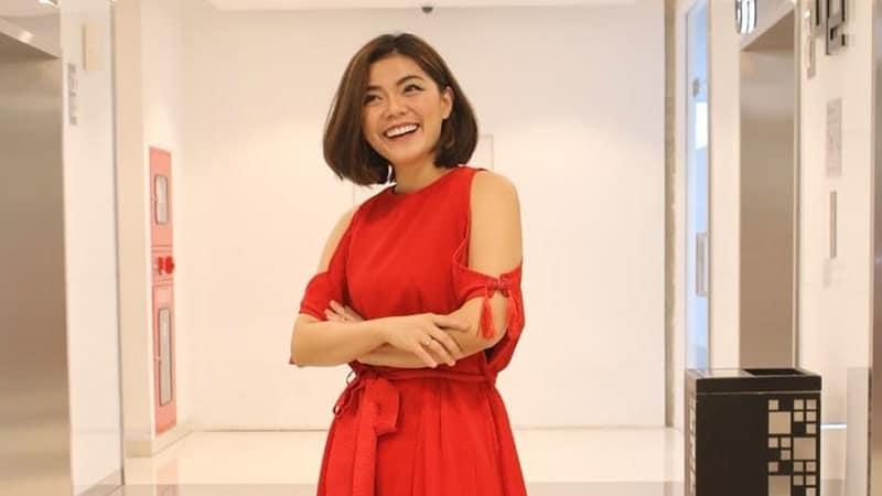 Mengenakan Gaun Merah