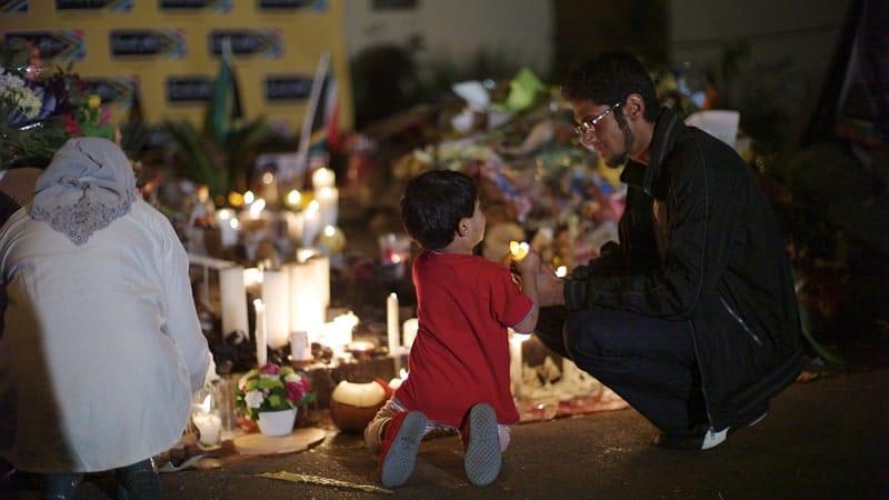 Biografi Nelson Mandela - Menyalakan Lilin di Luar Rumah Nelson Mandela