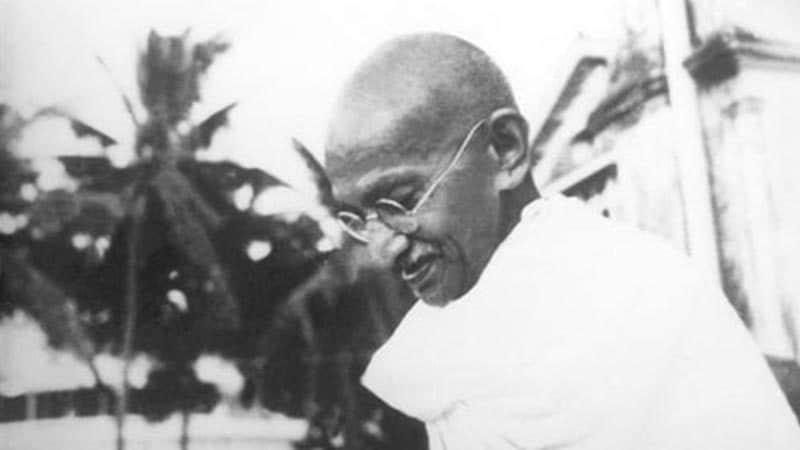 Biografi Mahatma Gandhi - Mahatma Gandhi sedang Tersenyum