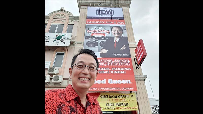 Biografi Tung Desem Waringin - Di Depan Salah Satu Tempat Usahanya