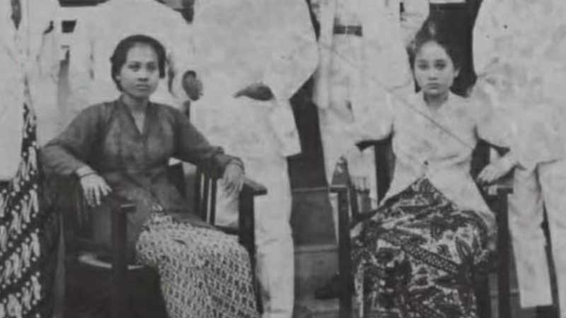 Biografi Siti Oetari - Inggit Ganarsih dan Siti Oetari