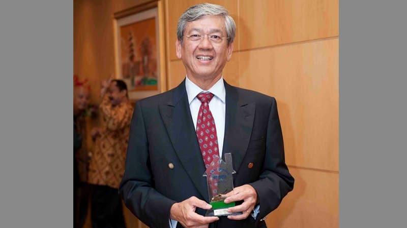 Biografi Edwin Soeryadjaya - Menerima Penghargaan